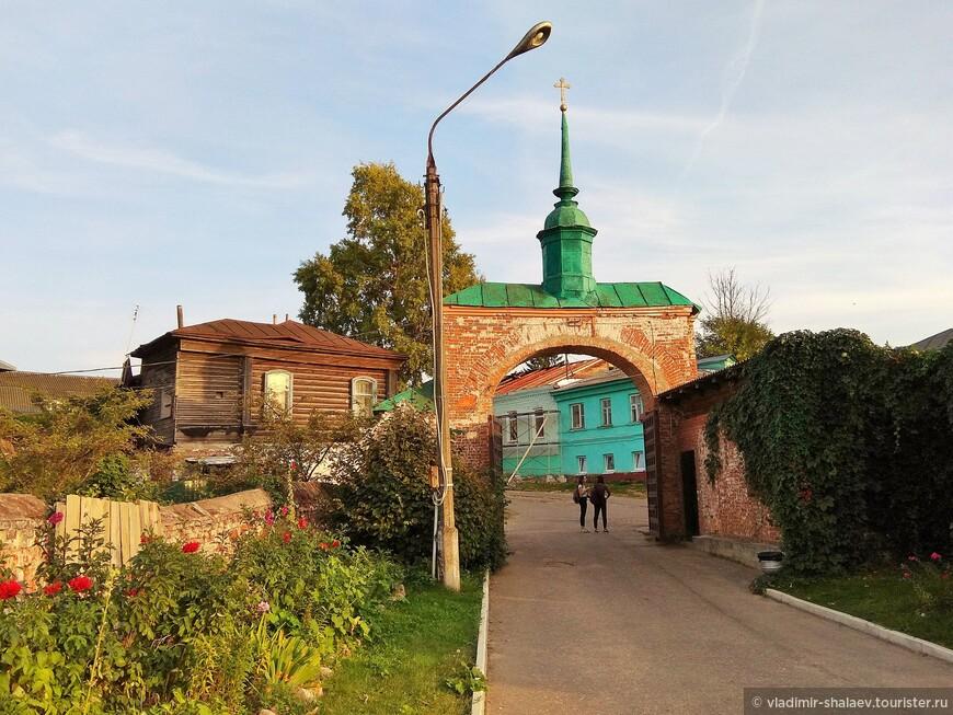 Ворота на территорию Можайского кремля.