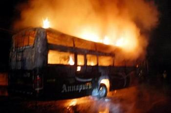 В Индии сгорел туристический автобус