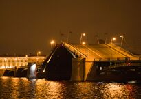 1280px-Биржевой_мост_ночью.jpg