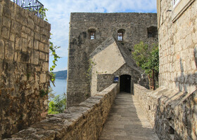 Мощные стены крепости-это часть древних оборонительных сооружений, положивших начало основанию города Херцег-Нови и в средние века защищавшие город  от нападения.