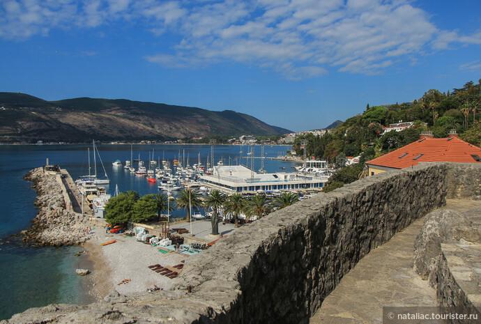Со стен крепости открываются шикарные панорамы на все 360 градусов: на залив и горы, на город. На набережной напротив Морской крепости находится памятник королю Твртко I и на фото его можно рассмотреть около пальм.