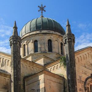 На площади  герцога Стефана Вукича находится большой православный храм. Это один из красивейших храмов побережья, несмотря на то, что  ему чуть более ста лет:  его строительство было начато в 1883 году, а закончилось только в 1911 году.