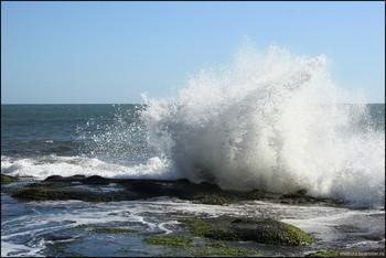 На острове Бали из-за шторма закрыли популярные пляжи