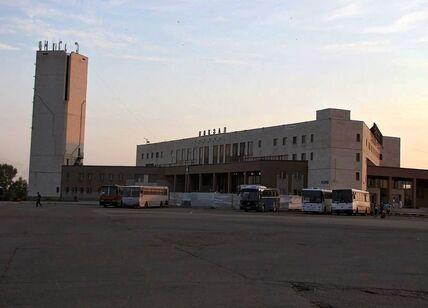 1200px-Железнодорожный_вокзал_в_Набережных_Челнах.jpg