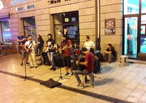 Выступление уличных музыкантов