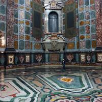 Склеп Медичи, но сами статуи герцогов куда то делись, с Медичи все не просто, не те они ребята, чтобы всю жизнь тихо простоять в склепе.