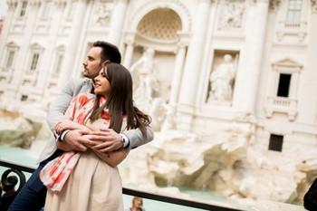 В Риме одиноким туристкам предлагают взять в аренду парня для селфи