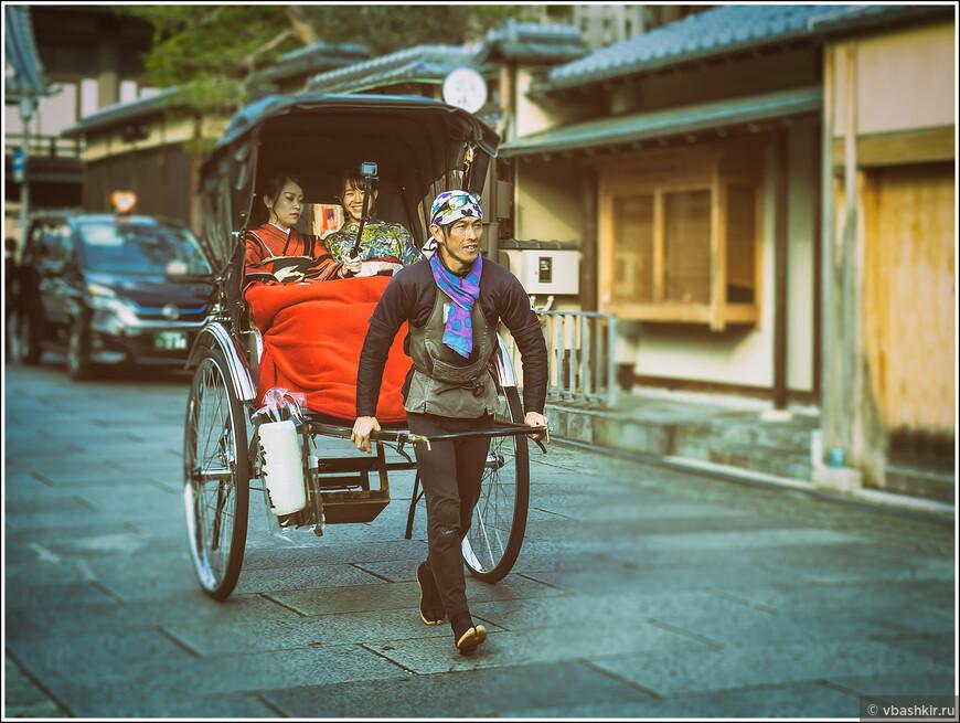 Как и века назад рикша везет пассажирок, а те подгоняют его селфи-палкой))