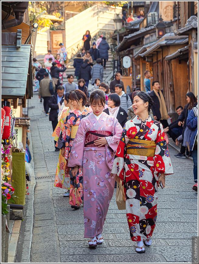 Многие японцы и японки, посещая Киото, облачаются в народные одежды.