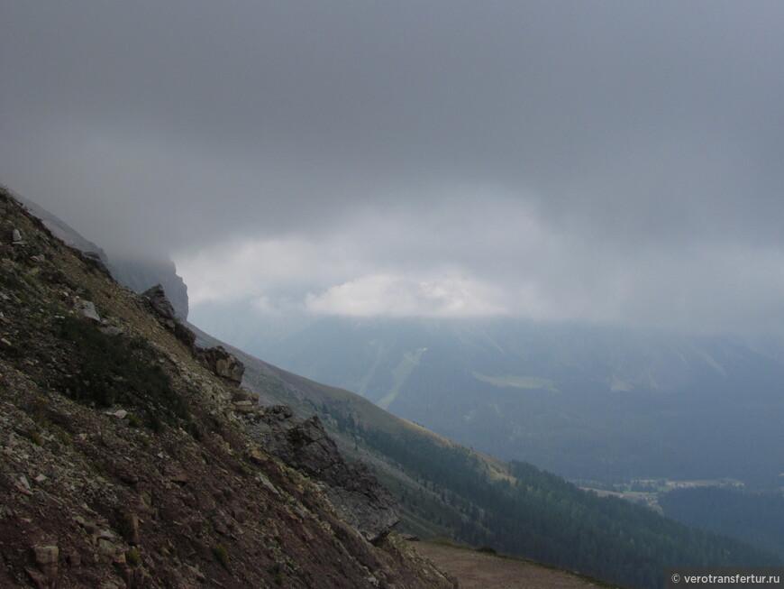 На горизонте другие вершины доломитовых гор .
