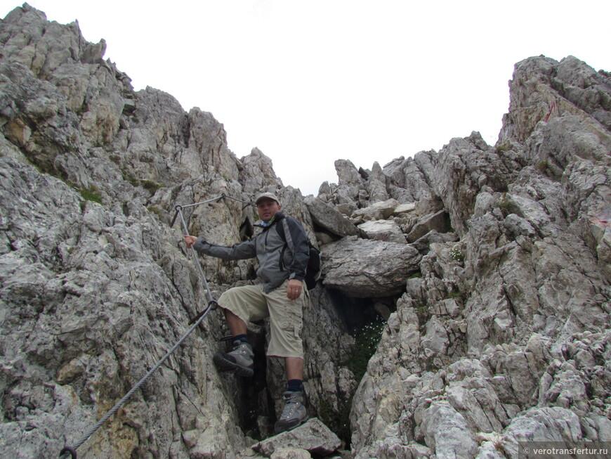 Кусок железной тропы . (железная тропа это крюки забитые в скалу ,через которые проходит железный трос .Служит для страховки над обрывами.Если обрывы очень крутые , нужно воспользоваться специальным обмундированием)
