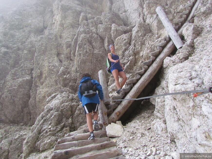 Не большой промежуток деревянной лестницы в начале второй ущелье .