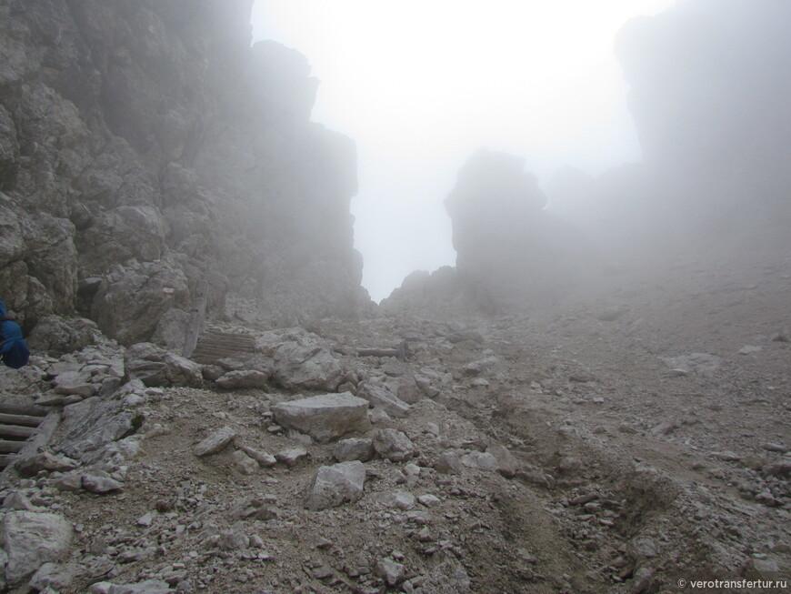 В тумане виден переход на другую сторону  ущелья .