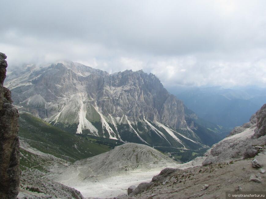 Вид на другой горный массив доломитовых Альп при выходе со второго ущелья по направлению к приюту Vajolet натурального  парка Sciliar - Catenaccio .