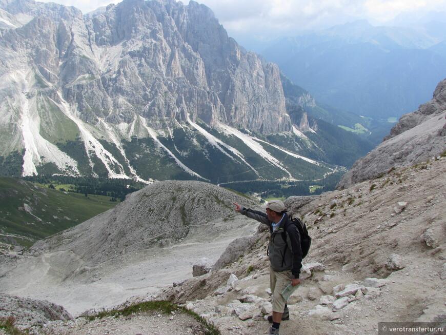 Моя рука указывает направление к приюту Vajolet , который располагается у подножье горного массива с левой стороны фотографии.