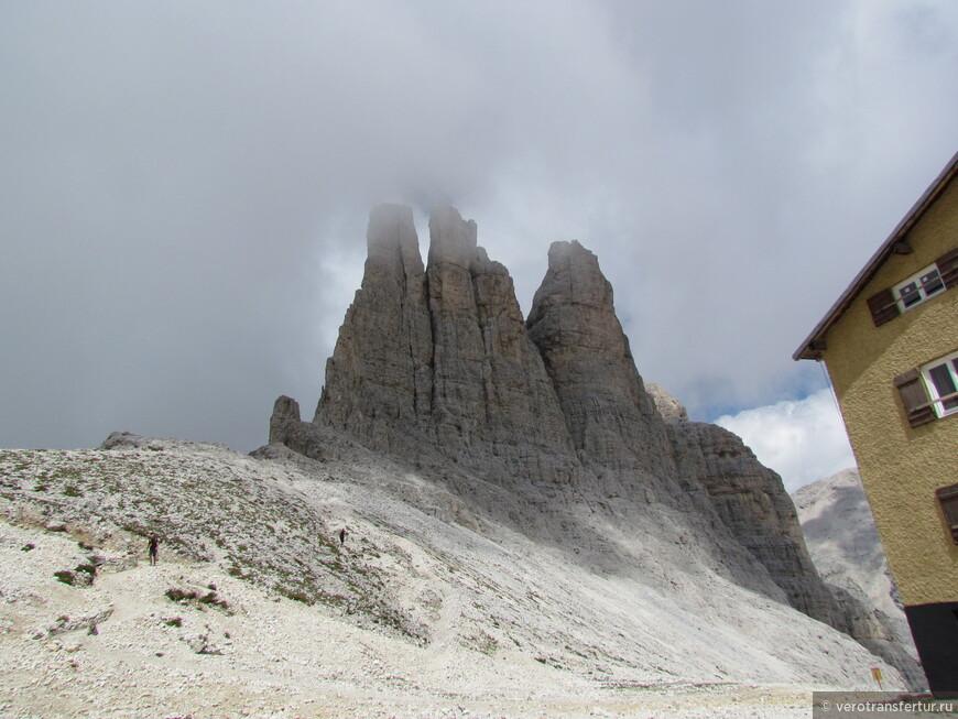 Сзади приюта высятся самые красивые горные башни , известные под названием Три Пальца (Tre Ditta).