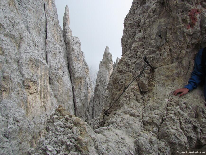 Начало небольшого промежутка железной тропы к заключительному спуску с горного массива натурального парка .