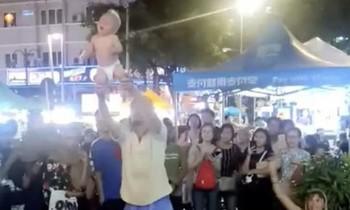 В Малайзии арестовали российских туристов, жонглировавших ребёнком