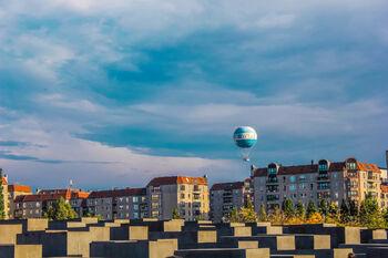 Воздушный шар над Мемориалом уничтоженным нацистами евреям