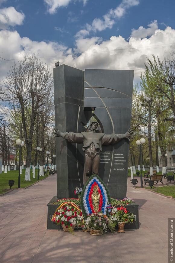 Памятник «Ликвидаторам Чернобыльской Катастрофы». На памятнике изображён человек, который, раскинув руки, защищает мир от альфа- и бета- излучений.