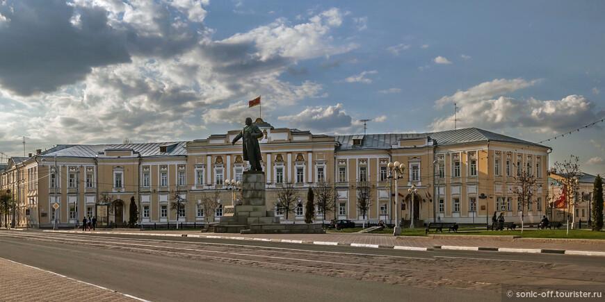 Администрация города. Здание построено в 1778 - 1783 году для губернского правления и казённой палаты («присутственных мест»), в 1860 - 1862 годы в нём работал вице-губернатором М. Е. Салтыков-Щедрин.