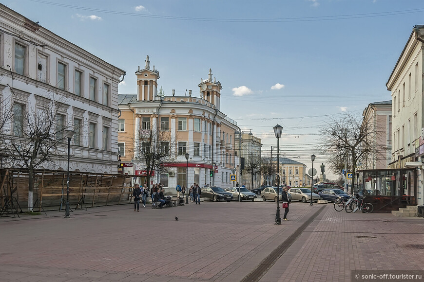 Трёхсвятская улица. В середине 1980-х годов участок улицы от Новоторжской улицы до улицы Желябова сделали пешеходным.