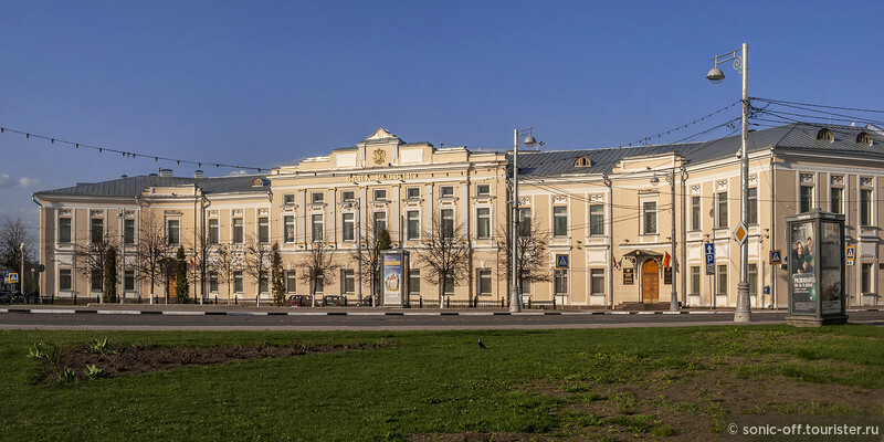 Банк России. Построено в 1771 — 1773 гг. для соляного магазина и склада, некоторое время там размещался губернский архив.