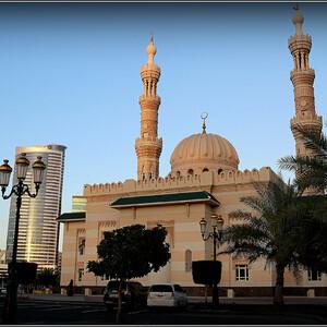 Мечеть Аль Маджаз расположена в центральной части города Шарджа, на побережье лагуны Халид и представляет собой великолепный памятник архитектуры. Мечеть, выполненная в уникальном архитектурном стиле, с двумя стройными минаретами, является главной архитектурной доминантой одноименного парка Аль Маджаз, раскинувшегося вокруг нее.