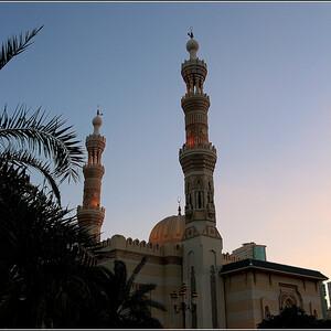 Мечеть Аль Маджаз с полным правом считается одним из главных украшений этого живописного района. В вечернее время на прилегающей к мечети площади и на набережной собирается огромное количество людей, которые приходят сюда насладиться великолепным свето-музыкальным представлением знаменитого 200-метрового фонтана в лагуне Халид.