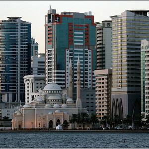 Лагуна Халид. Мечеть Аль – Нур является ярчайшим примером исламской архитектуры. Ее смело можно считать самым красивым сооружением Шарджи, построенном в лучших традициях Востока. Несмотря на то, что в Шардже  насчитывается около 600 мечетей, Аль – Нур является самой знаменитой мечетью этого города. Построили мечеть по приказу жены правителя Шарджи, в память умершего старшего сына, шейха Мухаммеда бен Султан аль-Касими. Строительство длилось в период с 2003 по 2005 года. Мечеть построена с помощью новейших строительных технологий. Основными строительными материалами являются железобетон и стекловолокно. Снаружи мечеть облицована блоками из натурального камня.