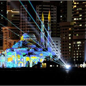 Независимо от времени суток мечеть Аль Нур красива и роскошна всегда. Но есть и определенные дни в году, когда посещение этой достопримечательности в Шардже становится еще интересней. Например, стоит посетить мечеть Аль Нур, во время проведения ежегодного фестиваля Света в Шардже. В дни проведения фестиваля (он длится около 7 - 8 дней в году), все знаменитые исторические места Шарджи украшают световыми  рисунками. Фотографии этого альбома сделаны во время фестиваля света (февраль 2019).