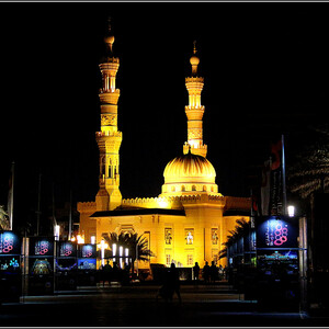 Мы ожидали, что мечеть Аль Маджаз, расположенная в парке, тоже примет участие в фестивале света, но - нет...