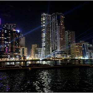 После окончания шоу на воде, о котором расскажу отдельно, мы направились в район Аль Касбы, где тоже проводился фестиваль света. На этих старинных лодках доу можно из парка Аль Маджаз покататься по лагуне Халид.