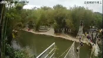 В Китае рухнул веревочный мост с туристами (видео)