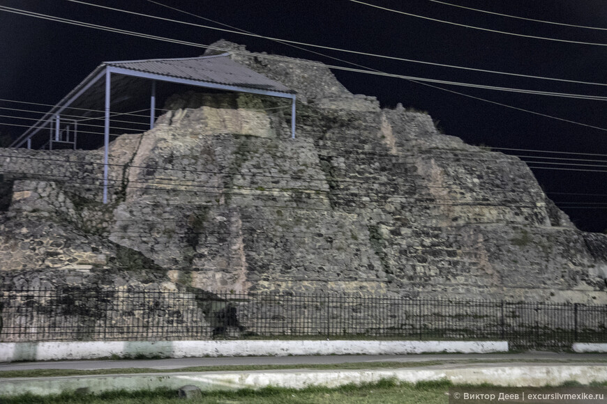 Пирамида Аканш ночью