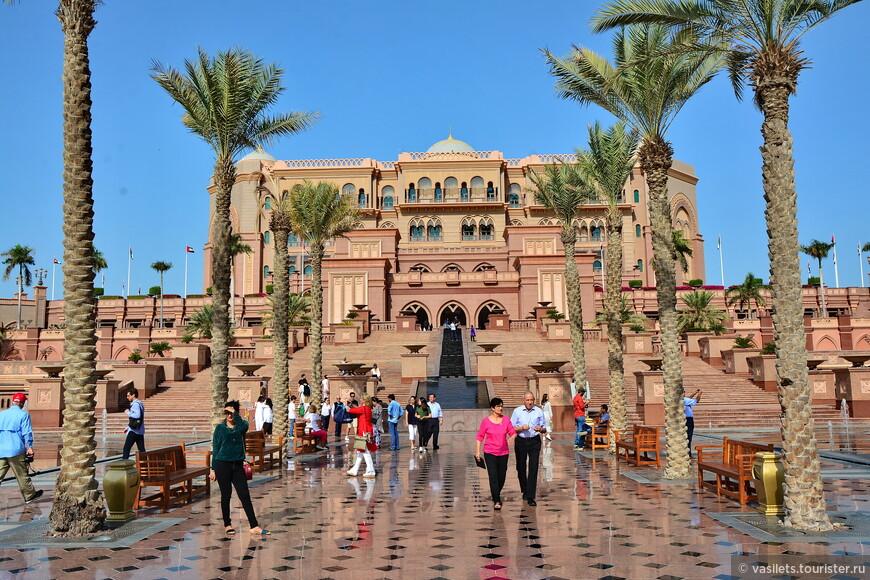 Очень похоже на древнеиндийские дворцы махараджей Парадный вход в Emirates Palace