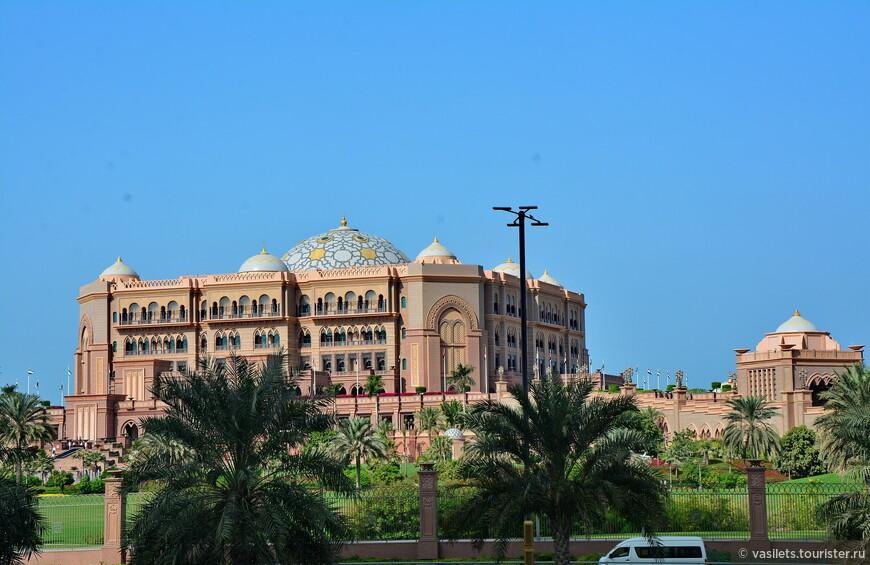 Самый навороченный, самый известный и самый раскрученный отель в Абу-даби - Emirates Palace. Недавно смотрел цены - 126 тысяч в сутки, но по акции - всего 26 тысяч!!! Хотел лететь немедленно