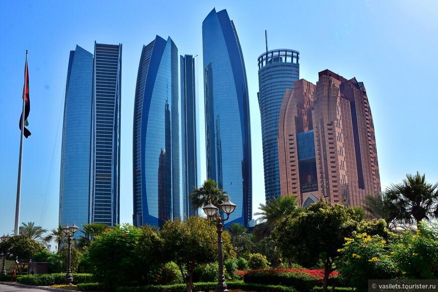 """Столичный архитектурный ансамбль """"Etihad Towers"""" отмечен почетным третьим местом в рейтинге лучших небоскребов мира по версии престижной международной премии в области небоскребостроения Emporis Skyscraper Award. Премия существует с 2000 года. она оценивает проекты по таким критериям, как архитектура и дизайн, функциональность, инновационность инженерных систем, а также комфортность для жителей и посетителей. Мощная архитектурная композиция """"Etihad Towers"""" из пяти красиво изогнутых башен расположилась в западной части набережной Абу-Даби. Самая высокая 75-ти этажная башня высотой 300 метров стала одним из трех жилых зданий, в двух других разместились офисы, а одна из 54-х этажных башен это пятизвездочный отель"""