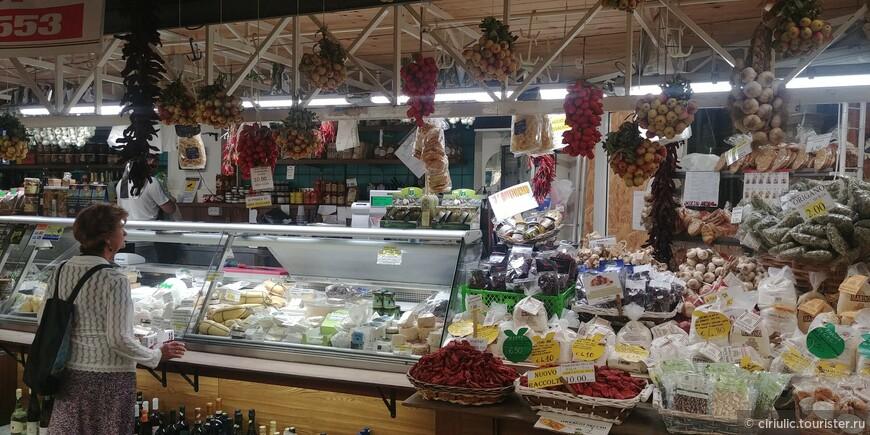 Как же не зайти на базар!Обожаю итальянские сыры и колбасы!..