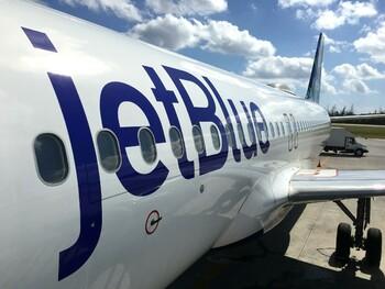 Авиакомпания подарит год бесплатных полётов тем, кто удалит все свои фото в Инстаграм