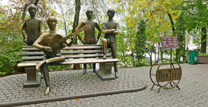 Памятник Битлз в Алматы