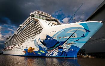 Круизный лайнер NCL попал в сильный шторм на Багамах, пострадали туристы