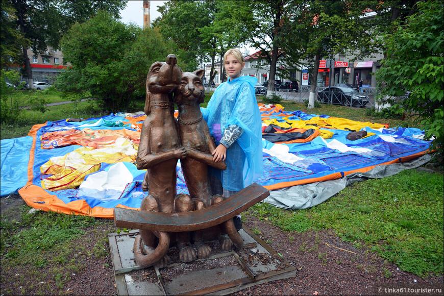 Скульптура Кота и Собаки в виде лавочки. Дети любят с ней фотографироваться.