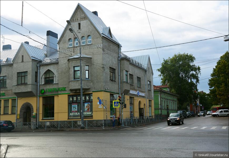 Интересно, что Сортавала в разное время успела побывать под властью России, Швеции и Финляндии. Вот пожалуйста, типичная финская архитектура в стиле северного модерна.