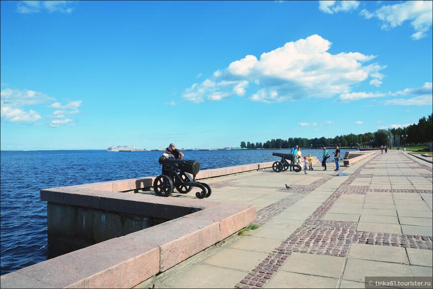 Прогулка по набережной в Петрозаводске нам с Лизой понравилась. Обустроенное городское пространство, самое красивое место в городе. Потому что все остальное полный совок и неухоженность.