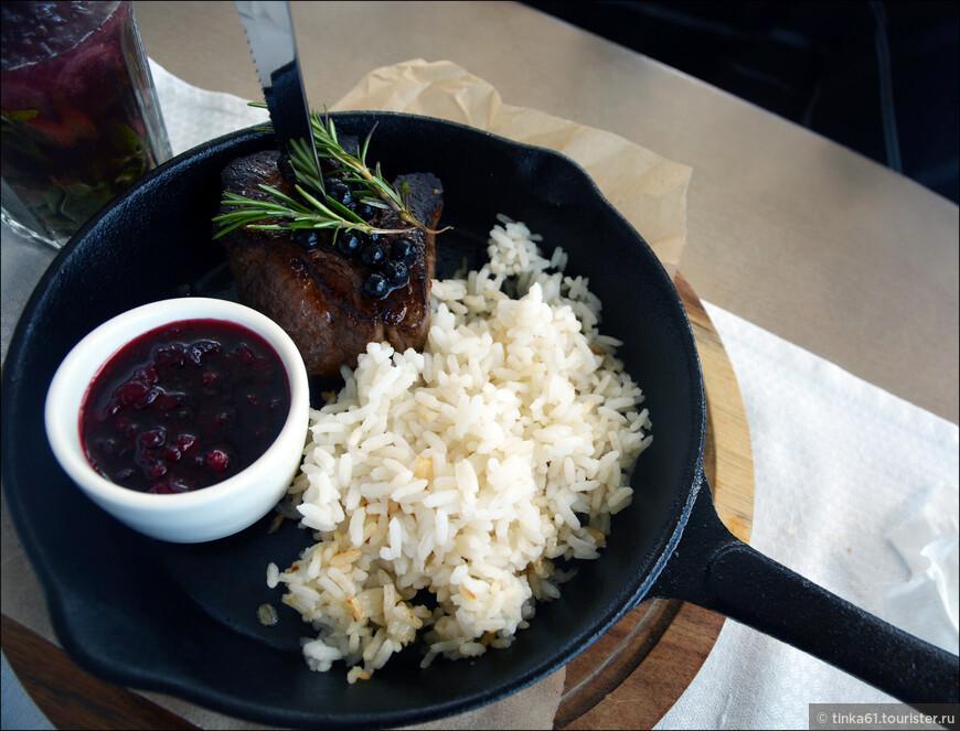 Мы конечно же с удовольствием продегустировали блюда  карельской кухни в ресторане Фрегат. Оленина под брусичным соусом.