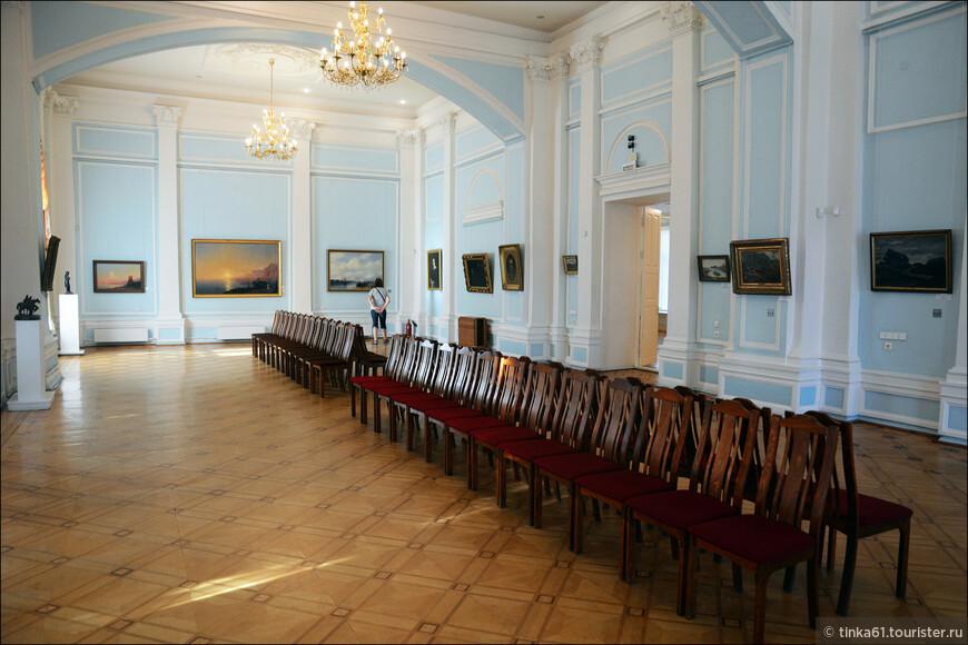 Что сказать - ну очень бедненько, Пара  Шишкина, Левитана,  одна картина Айвазовского. Лиза после Русского музея спросила - и что, это всё?