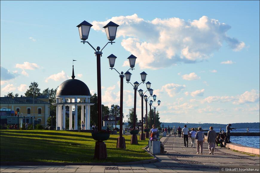 Онежская набережная - приятное место для прогулок и по сути главная достопримечательность Петрозаводска.