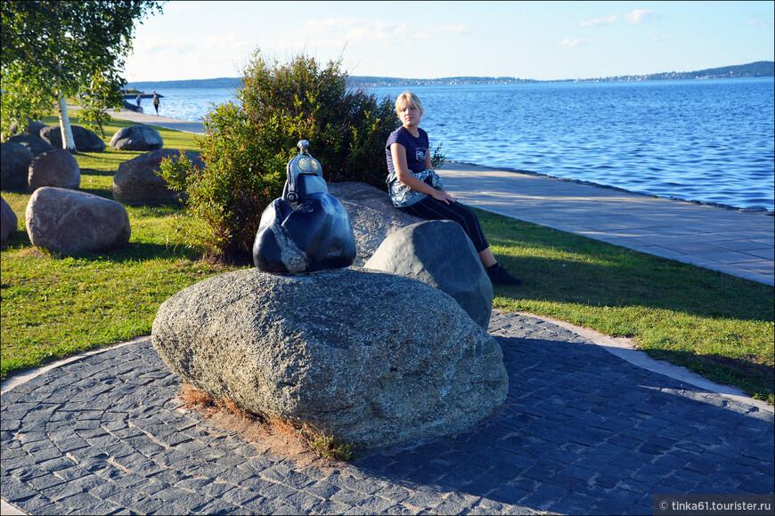 Мы с удовольствием прогулялись по променаду вдоль Онежского озера. Всюду много любопытных скульптур, которые очень украшают набережную.