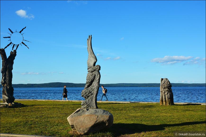 На набережной находится множество памятников, основная часть которых подарена другими городами России и Зарубежья к 300-летию города.